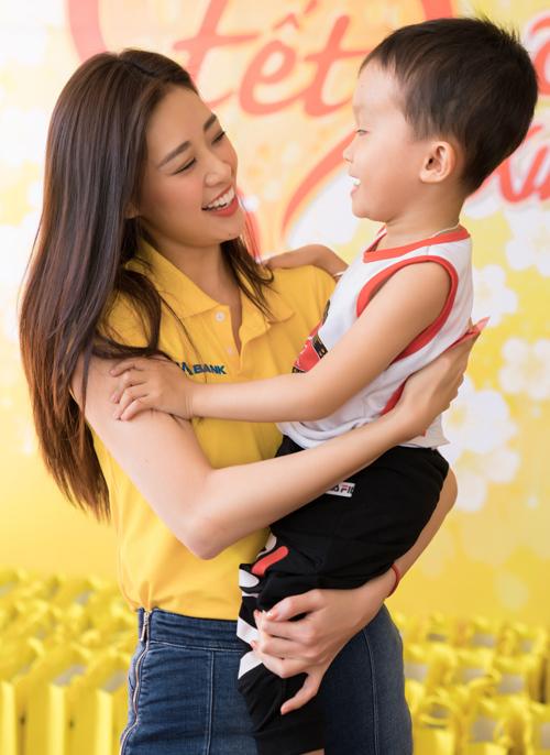 Khánh Vân âu yếm một bé trai ở Làng Hòa Bình thuộc thành phố Tây Ninh.