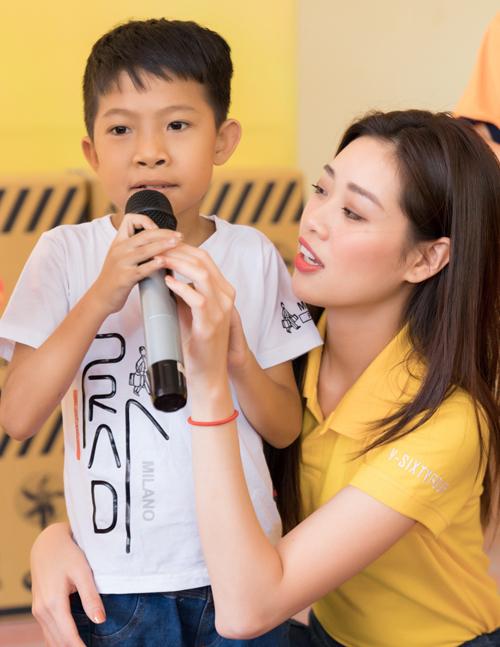 Lần đầu gặpHoa hậu Hoàn vũ Việt Nam 2019 các em nhỏ hơi rụt rè, bẽn lẽn. Khánh Vân cùng các thành viên trong đoàn từ thiện đã trao tặng 120 bao lì xì Tết và số nhu yếu phẩm trị giá hơn 100 triệu đồng cho các hoàn cảnh khó khăn ở Tây Ninh.