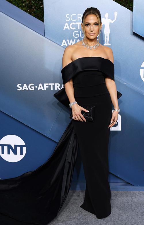 Jennifer Lopez đến thảm đỏ với đầm đen kiêu sa và trang sức kim cương 9 triệu USD.