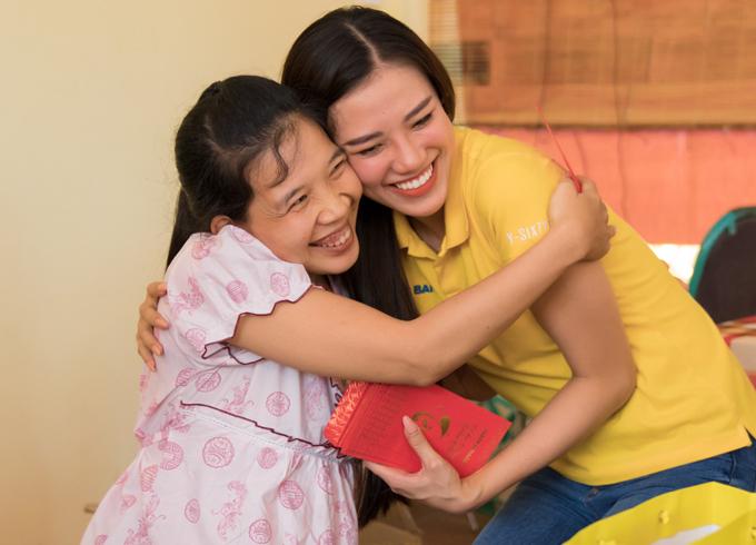 Á hậu Kim Duyên lì xì và động viên tinh thần một cô gái đang sống ở Làng Hòa Bình Tây Ninh.