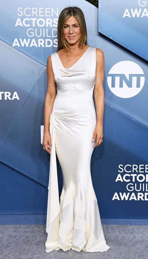 Nữ diễn viên Jennifer Aniston thanh lịch với đầm trắng.