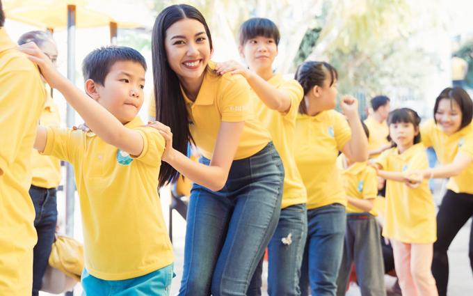 Á hậu Thúy Vân thân thiện tham gia trò chơi cùng trẻ em khiếm thính ở Lâm Đồng.