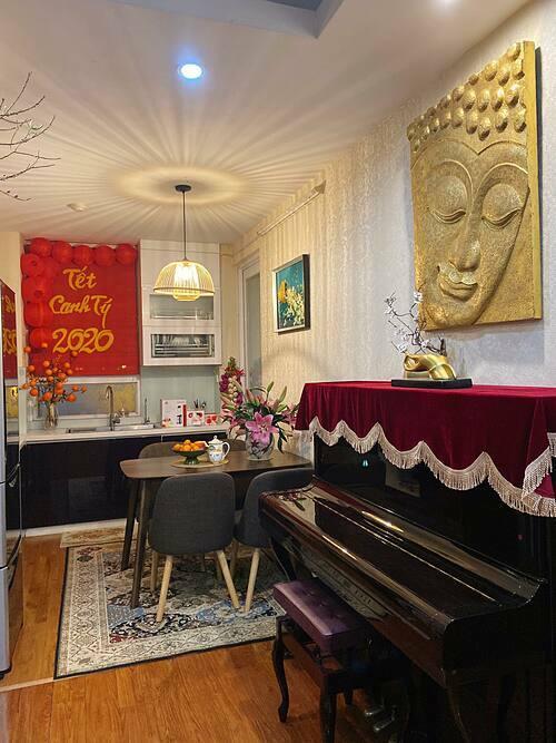 Bếp và hầu hết các căn phòng trong ngôi nhà của vợ chồng chị Nhung đều lắp đèn ánh sáng vàng, đem đến cảm giác ấm cúng ngay khi bước chân vào.