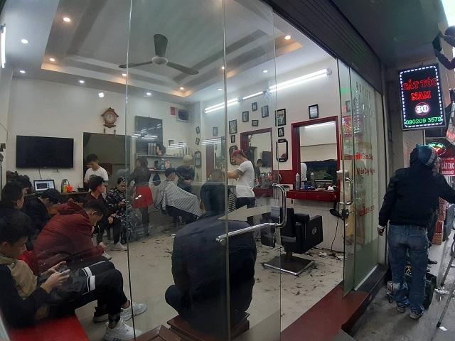Không chỉ các bạn nữ, nhiều nam giới tranh thủ làm cho mình mái tóc mới đón tết. Ảnh: Nguyễn Ngoan