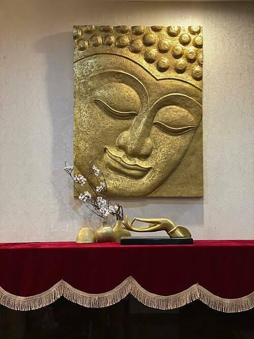 Tranh và đồ trang trí đều gắn liền với văn hóa phương Đông.
