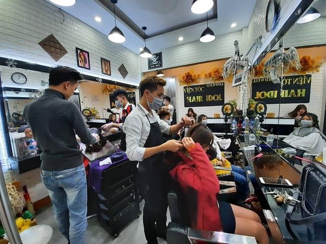 Cận Tết, lượng khách đến các quán cắt tóc tăng gấp 3, 4 lần. Ảnh: Nguyễn Ngoan