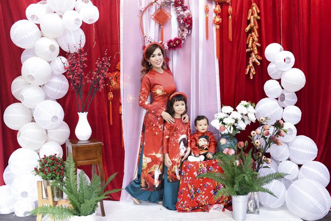 Cả gia đình khoác lên mình những bộ cánh có họa tiết, hoa văn lấy cảm hứng từ những loài hoa đặc trưng trong ngày Tết, các thông điệp ý nghĩa tới mọi gia đình dịp đầu năm. Bộ ảnh được thực hiện trong vòng 1 ngày.