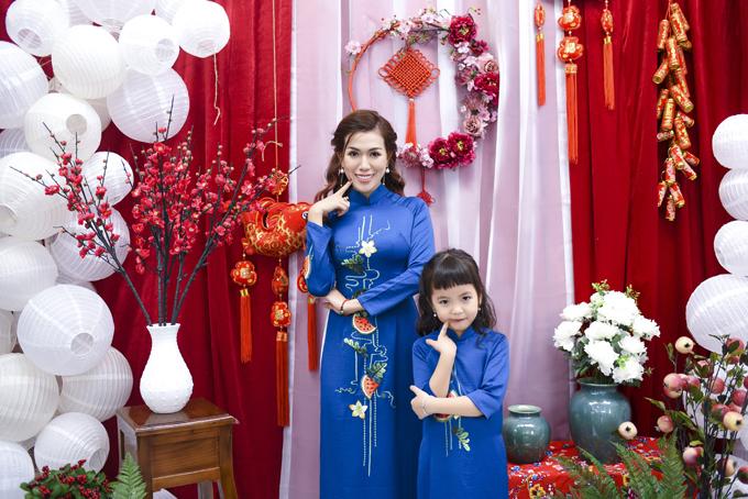 Hai mẹ con Mai Thỏ diện áo dài xanh họa tiết quả dưa hấu, cầu mong sung túc bình an đến cho mọi nhà.