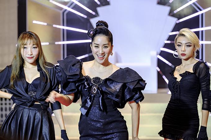 Khánh Thi trở thành tâm điểm khi xuất hiện trong chiếc váy bó sát của nhà thiết kế Phạm Đăng Anh Thư trên thảm đỏ gala Ngôi sao của năm hôm 15/1.