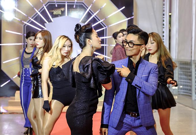 Phan Hiển cũng tham gia tiết mục, anh hóa thân thành chàng trai lịch lãm chinh phục cô gái kiêu kỳ do bà xã Khánh Thi thể hiện.