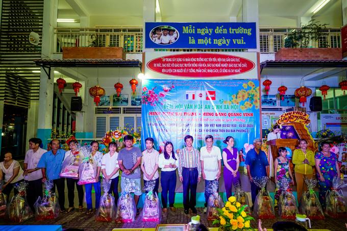 Ông Lê Ngọc Ánh đại diện Nhựa Long Thành trao quà Tết cho các hộ dân nghèo phường 2, quận 6, TP HCM.