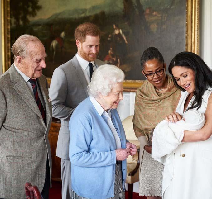 Vợ chồng Nữ hoàng thăm chắt trai Archie sau khi Meghan sinh con hồi tháng 5 năm ngoái. Ảnh: PA.