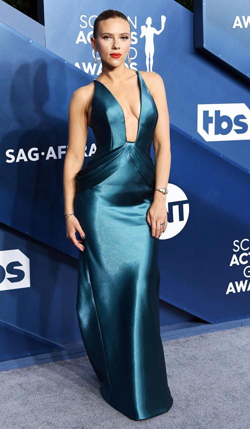 Scarlett Johansson khoe dáng trong bộ đầm Armani Privé sang trọng mà gợi cảm.