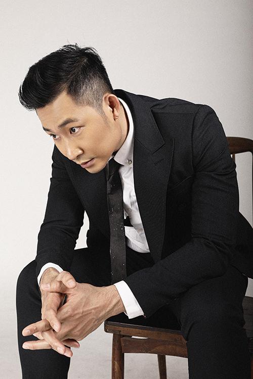 Nam diễn viên chọn cà vạt đen bản nhỏ để hoàn thiện phong cách lịch lãm.