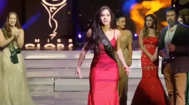Thí sinh Colombia bước ra sân khấu phản đối ban tổ chức giữa đêm chung kết Miss Global.