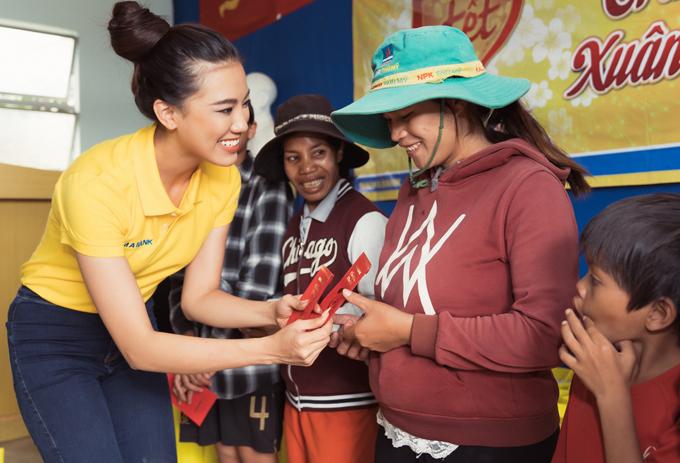 Top 3 Hoa hậu Hoàn vũ Việt Nam 2019 tặng quà các gia đình dân tộc thiểu số ở Bảo Lộc, Lâm Đồng.