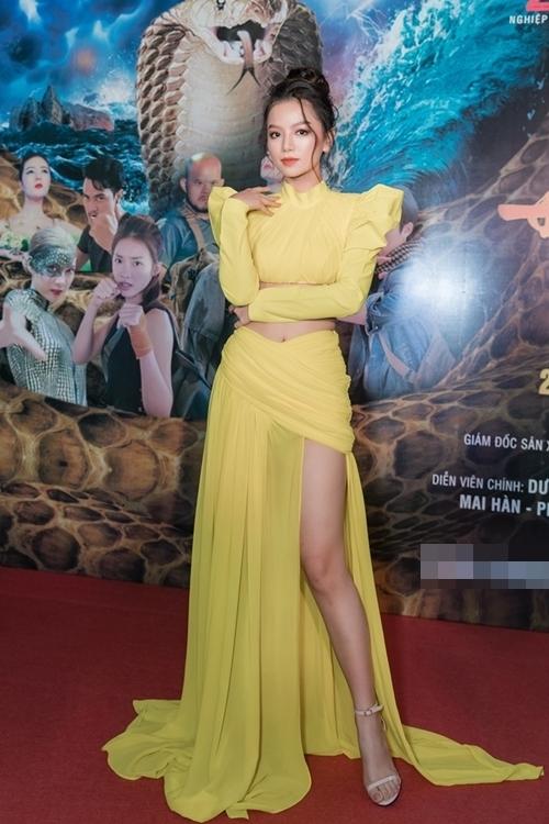 Diễn viên Lê Hạ Anh (từng đóng Cả một đời ân oán, Cô gái đến từ hôm qua, Yêu đi đừng sợ) đóng vai cô gái thuộc xà tộc nhưng sinh con cho một người thường. Cô đóng cặp với diễn viên TVB Dương Minh.