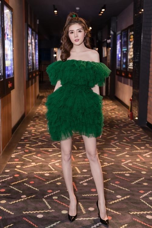 Lily Luta khoe vai trần gợi cảm trong sự kiện. Bộ đầm xanh ngọc gợi nhắc nhân vật Thanh Xà cô đóng trong phim.