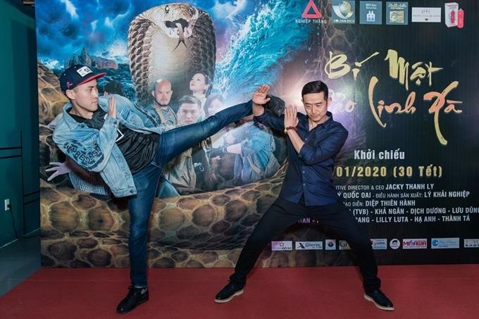 Dịch Dương đấu võ với diễn viên Lưu Dũng - người đảm nhận vai phản diện - trên thảm đỏ.