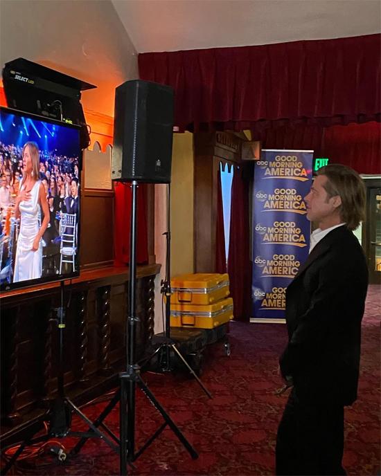 Sau đó, Brad đứng sau cánh gà xem Jennifer Aniston lên nhận giải. Anh chăm chú nghe bài phát biểu của cô.