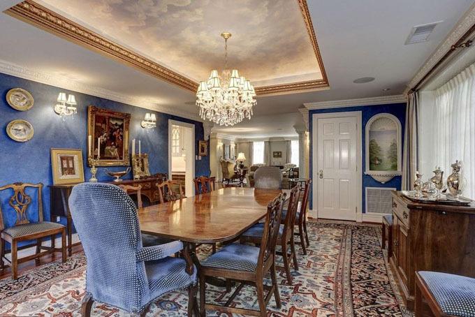 Phòng ăn chính mang tông màu xanh ấm áp, được bài trí tinh tế với những nội thất bằng gỗ. Điểm nhấn trong căn phòng này là bức bích họa trên trần nhà.