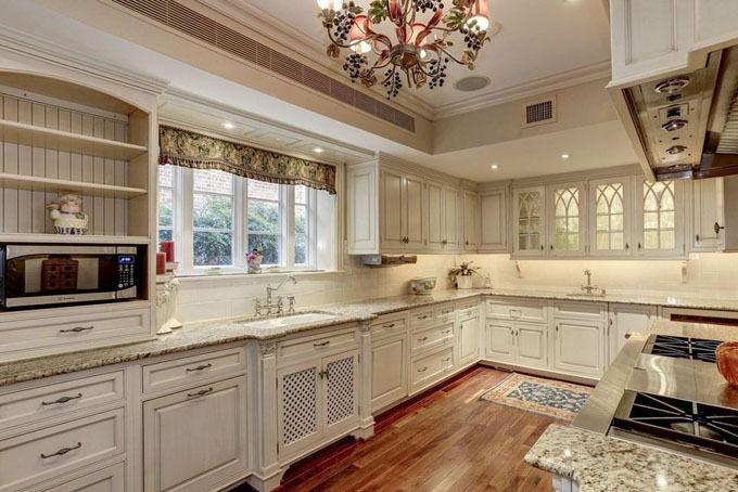 Nhà bếp cũng được thiết kế theo phong cách cổ điển với tông màu trắng ngà sang trọng và trang nhã. Phòng bếp được trang bị các nội thất bằng gỗ, mặt đá granit và những thiết bị nấu nướng cao cấp bằng thép không gỉ.