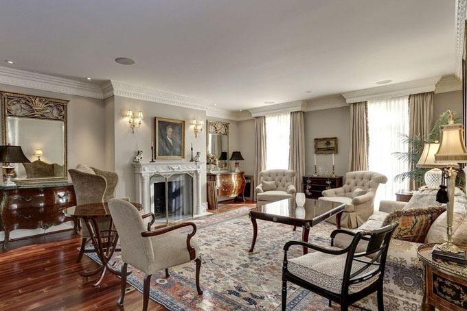 Phòng khách rộng lớn, sang trọng với bộ bàn ghế bằng gỗ cổ điển kết hợp hài hòa cùng thảm trải nền phong cách quý tộc xưa. Điểm nhấn của phòng khách là chiếc lò sưởi được thiết kế cầu kỳ, tinh xảo cùng với bộ đfn thủy tinh cao cấp.
