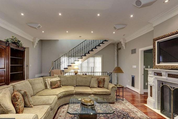 Phòng sinh hoạt chung của gia đình được thiết kế đơn giản, ấm cúng với tông màu trầm ấm.