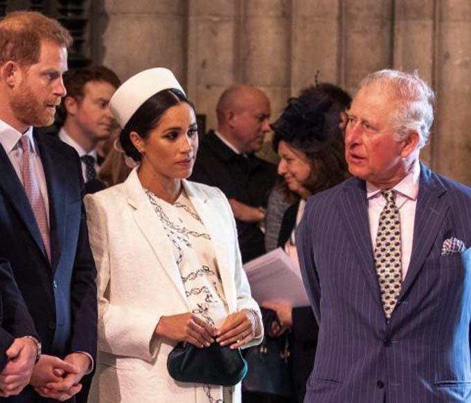Thái tử Charles trò chuyện với vợ chồng Harry trong sự kiện của Commonwealth ở tu viện Westminster hồi năm ngoái. Ảnh: AFP.