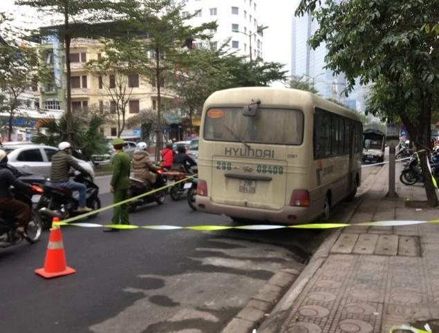 Người dân phố Đào Tấn, phường Ngọc Khánh, phát hiện tài xế chết trên ghế lái ôtô sáng 20/1. Ảnh: Facebook.