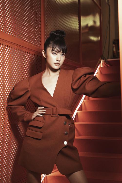 Theo Thanh Vy, cô và Hà Kino đều phải trung hòa phong cách cá tính của mình để cho ra mắt dòng trang phục mang tính ứng dụng cao.