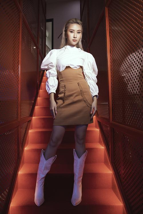 Quỳnh Anh Shyn mix màu nâu và trắng cuốn hút với kiểu váy lưng cao, blouse và bốt cao cổ.