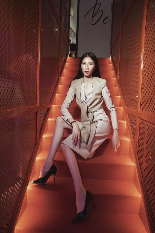 Váy liền thân kết hợp áo jacket biến tấu giúp Cao Ngân che dáng gầy một cách hiệu quả.