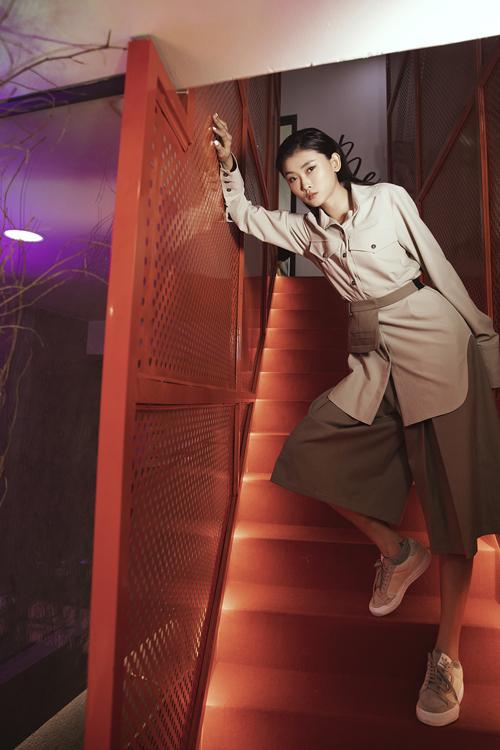 Kim Nhung trẻ trung cùng set đồ tông màu trung tính với sơ mi dáng rộng đi cùng quần clothes.