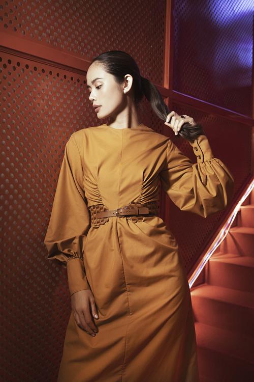 Trần Hiền chọn váy tay bồng, thắt eo bắt mắt với chi tiết draping tạo điểm nhấn khác biệt.