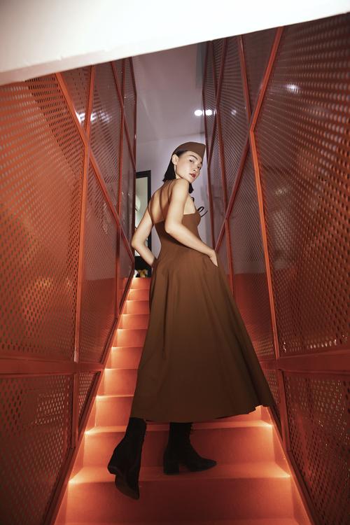 Thùy Trang mix-match mũ vải, bốt da lộn khi diện váy hai dây dáng xòe ảnh hưởng phong cách cổ điển.