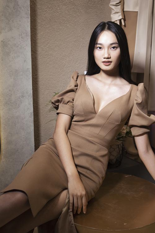 Quỳnh Anh lại chọn mẫu váy cut-out ngực kiểu dáng hiện đại khi xuất hiện bên dàn mẫu.