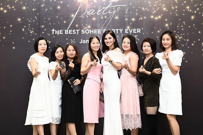 CEO Hà Bùi cùng đội ngũ nhân viên của Sohee.
