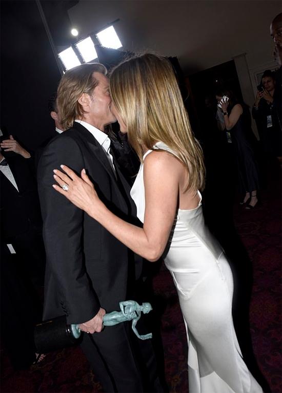 Khoảnh khắc gặp gỡ và ôm nhau của Brad - Jennifer cho thấy cặp vợ chồng cũ đã trở thành bạn bè rất thân thiết của nhau.