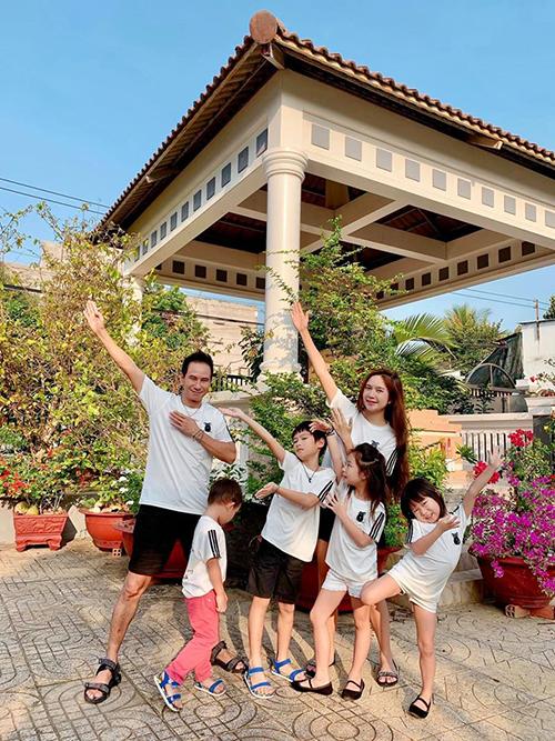 Gia đình Lý Hải - Minh Hà nhí nhảnh pose hình.