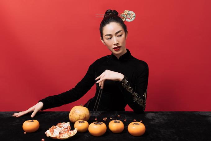 Bộ ảnh được thực hiện với sự hỗ trợ của nhiếp ảnh Hậu Lê, stylist Hoàng Ku, trang điểm Hoàng Hiển.