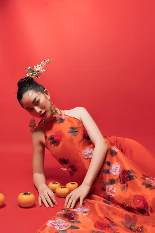 Trong bộ ảnh thực hiện vào những ngày giáp Tết, Mai Thanh Hà thể hiện vẻ đẹp Á Đông với các trang phục áo yếm, áo dài, váy lụa.
