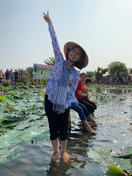 Ngọc Lan về thăm làng hoa ở Sa Đéc, Đồng Tháp.