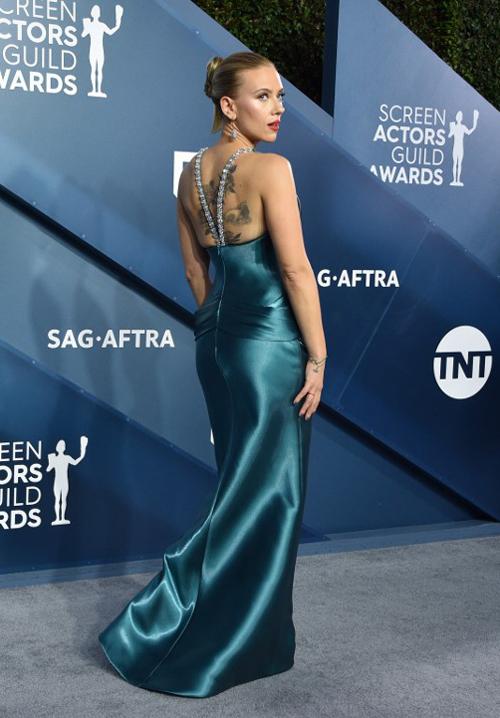 Nữ diễn viên 35 tuổi để lộ hình xăm hoa hồng trên lưng trần. Chỉ hai ngày trước đó, cô bị cảm nặng đột xuất và cáo lỗi không thể tham dự sự kiện Film Festival Award (tối 17/1) để nhận giải thưởng.