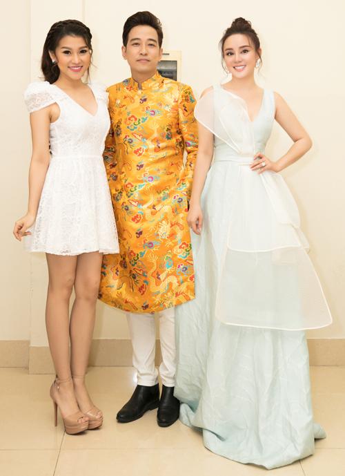 Vy Oanh chụp ảnh kỷ niệm cùng ca sĩ Triệu Lộc (giữa) và Trương Bảo Như trong hậu trường đêm nhạc.