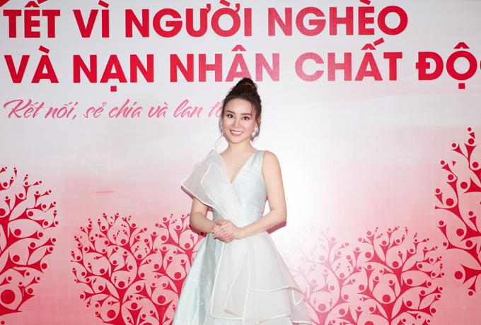 Vy Oanh tái xuất trong đêm nhạc do Hội chữ thập đỏ Trung ương tổ chức nhằm ủng hộ người nghèo và nạn nhân chất độc da cam.