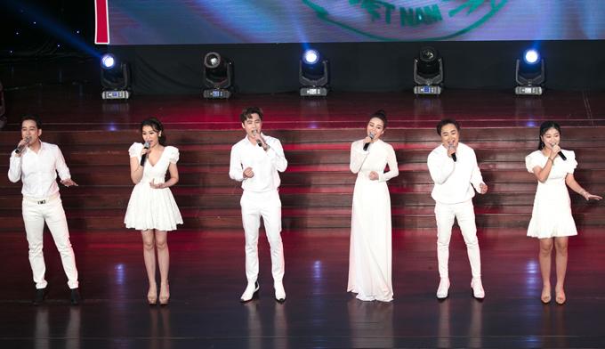 Vy Oanh thay áo dài trắng hát tốp ca cùng các đồng nghiệp.