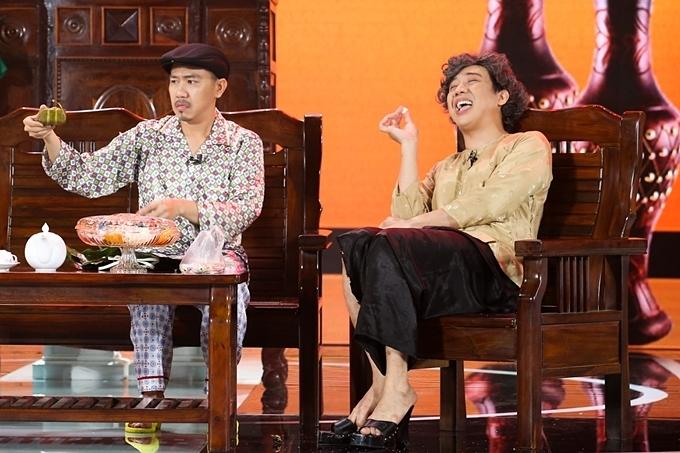 Trấn Thành và Anh Đức hóa thân thành cặp vợ chồng đã mất trong hài kịch 'Bao giờ con lấy chồng'. Song linh hồn của cả hai vẫn ở trong ngôi nhà.