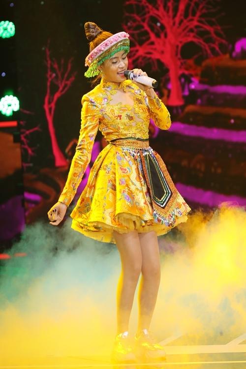 Hoàng Thùy Linh khuấy động chương trình, trình diễn vũ đạo sôi động khi biểu diễn 'Để Mị nói cho mà nghe'. Ca khúc nằm trong album 'Hoàng', đánh dấu 10 năm ca hát của Hoàng Thùy Linh.