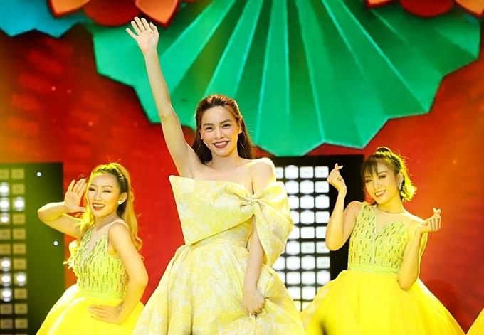 Hồ Ngọc Hà trình diễn ca khúc 'Điều ước mùa xuân'. Đây là sản phẩm mới được nữ ca sĩ ra mắt MV, hội tụ dàn diễn viên hài trẻ gồm Huỳnh Lập, BB Trần, Hải Triều